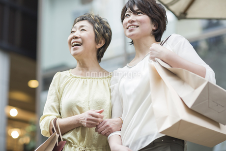ショッピングをする母娘の写真素材 [FYI01622193]