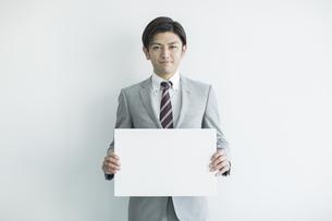 ホワイトボードを持ったビジネスマンの写真素材 [FYI01622195]