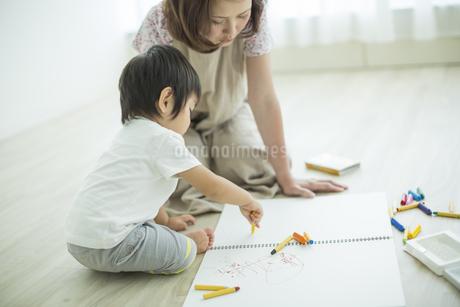 お絵描きをする親子の写真素材 [FYI01622197]