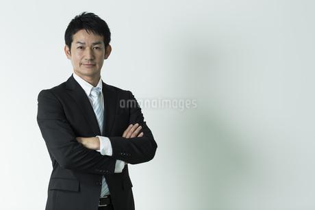 腕組みをするビジネスマンの写真素材 [FYI01622200]