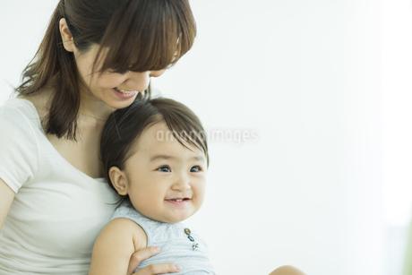 母親に抱っこされる赤ちゃんの写真素材 [FYI01622211]