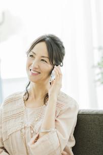 スマートフォンで通話をする女性の写真素材 [FYI01622217]