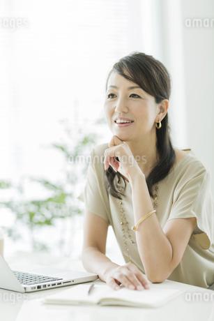 笑顔のビジネスウーマンの写真素材 [FYI01622224]