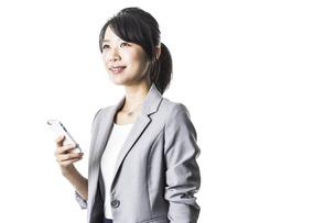 スマートフォンを持つビジネスウーマンの写真素材 [FYI01622228]