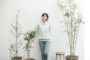 テラスに立つ若い女性の写真素材 [FYI01622230]