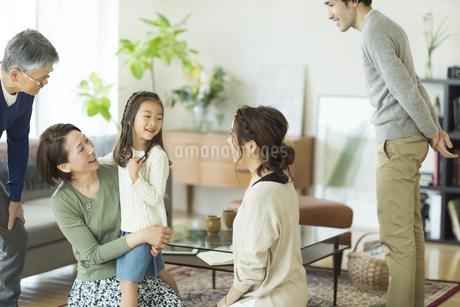孫を抱き寄せるシニア女性の写真素材 [FYI01622238]