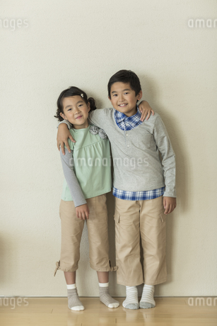 兄と妹のポートレートの写真素材 [FYI01622239]