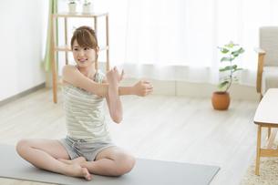 室内でストレッチをする若い女性の写真素材 [FYI01622242]