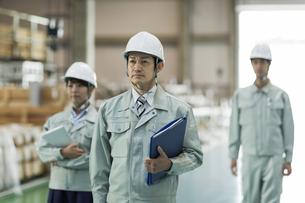 工場で立つ男女の作業員の写真素材 [FYI01622250]