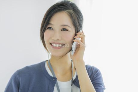 携帯電話で話すビジネスウーマンの写真素材 [FYI01622255]
