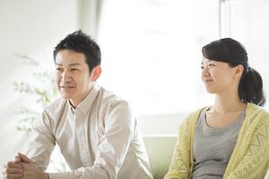 ソファーに座って会話をする夫婦の写真素材 [FYI01622259]