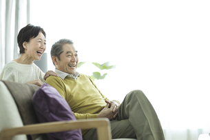 笑顔のシニア夫婦の写真素材 [FYI01622260]