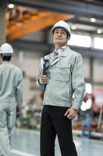 上を見上げる作業員男性の写真素材 [FYI01622270]