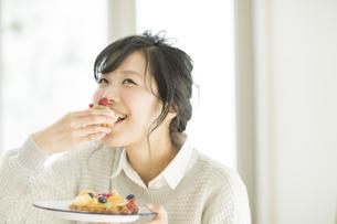 ケーキを食べる若い女性の写真素材 [FYI01622276]