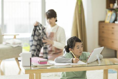 タブレットPCを使用して勉強をする女の子の写真素材 [FYI01622279]