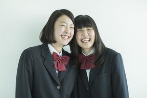 笑顔で寄り添う女子校生の写真素材 [FYI01622281]