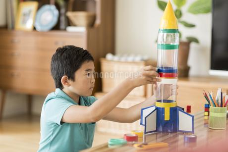 ペットボトルでロケットを作る男の子の写真素材 [FYI01622286]