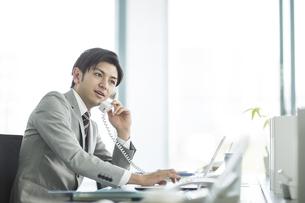電話をするビジネスマンの写真素材 [FYI01622288]