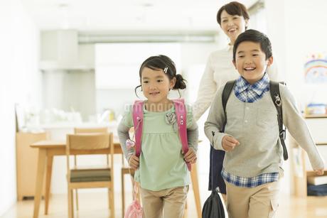 一緒に出かける親子の写真素材 [FYI01622291]