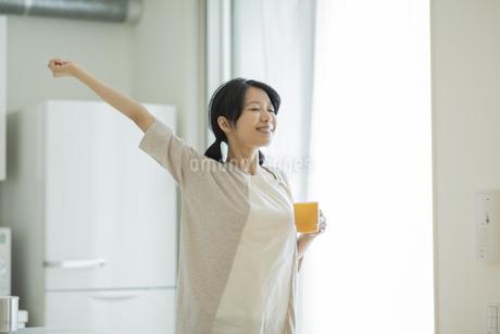 カップを持って伸びをする女性の写真素材 [FYI01622294]