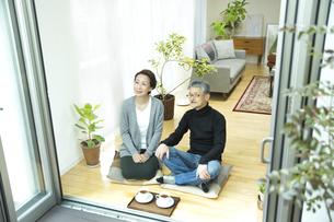窓辺に座るシニア夫婦の写真素材 [FYI01622300]