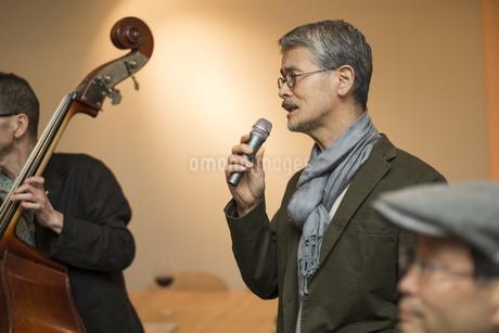 歌を歌うシニア男性の写真素材 [FYI01622305]