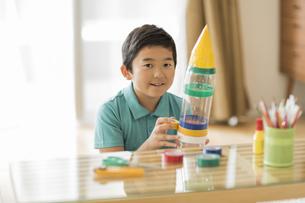 ペットボトルでロケットを作る男の子の写真素材 [FYI01622308]
