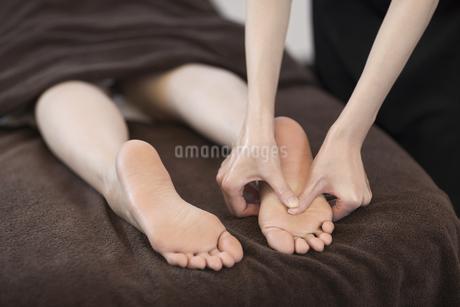 足ツボマッサージを受ける若い女性の写真素材 [FYI01622334]
