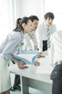 打ち合わせをするビジネスマンとビジネスウーマンの写真素材 [FYI01622341]