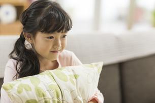 ソファーに座る女の子の写真素材 [FYI01622342]