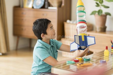 ペットボトルでロケットを作る男の子の写真素材 [FYI01622352]