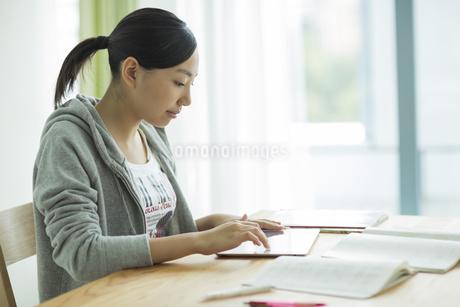 タブレットPCで勉強をする女子学生の写真素材 [FYI01622362]
