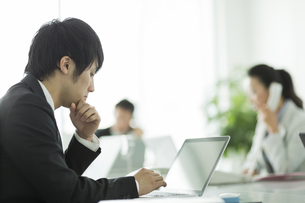 デスクで仕事をするビジネスマンの写真素材 [FYI01622371]