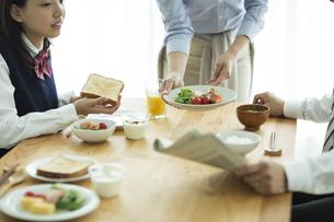 日本人家族の朝食シーンの写真素材 [FYI01622376]
