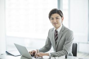 デスクに座るビジネスマンの写真素材 [FYI01622378]