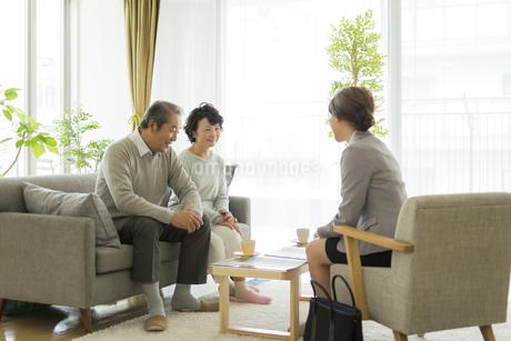 商談をするシニア夫婦とビジネスウーマンの写真素材 [FYI01622380]