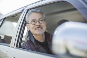 運転席に座るシニア男性の写真素材 [FYI01622395]