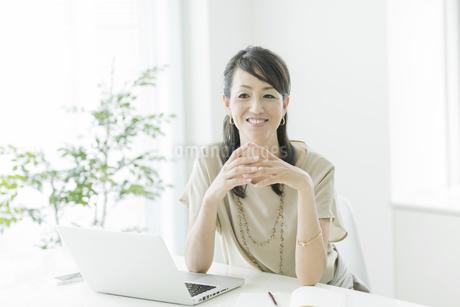 笑顔のビジネスウーマンの写真素材 [FYI01622396]