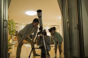 天体観測をする父親と子供たちの写真素材 [FYI01622398]