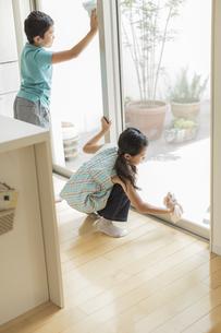 窓拭きをする兄と妹の写真素材 [FYI01622400]