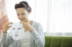 マスクペーパーを持つ女性の写真素材 [FYI01622405]