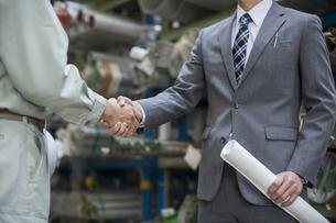 握手をする男性社員の写真素材 [FYI01622407]