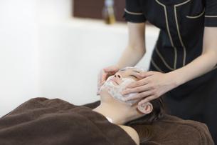 洗顔を受ける若い女性の写真素材 [FYI01622428]