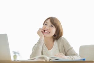 部屋で勉強をする若い女性の写真素材 [FYI01622431]