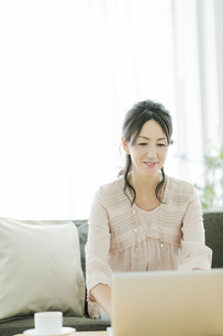 ノートパソコンをするシニア女性の写真素材 [FYI01622433]