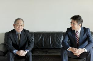 ソファに座る2人のビジネスマンの写真素材 [FYI01622444]