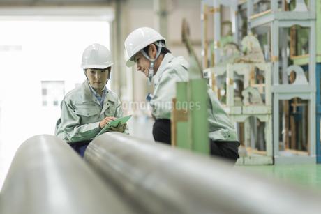 工場で働く男女の作業員の写真素材 [FYI01622445]