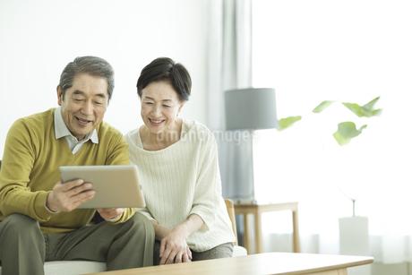 タブレットPCを見るシニア夫婦の写真素材 [FYI01622446]