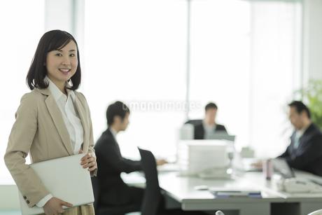 オフィスで笑顔のビジネスウーマンの写真素材 [FYI01622475]