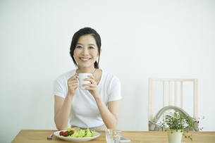 若い女性の朝食シーンの写真素材 [FYI01622492]